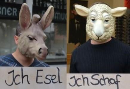 Martin B. aus Weißenburg, hier links auf dem Bild, bei einer politischen Aktion gegen ein Verbotsverfahren der NPD.